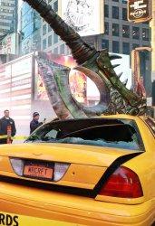 Посреди Таймс-сквер огромный топор пронзил такси